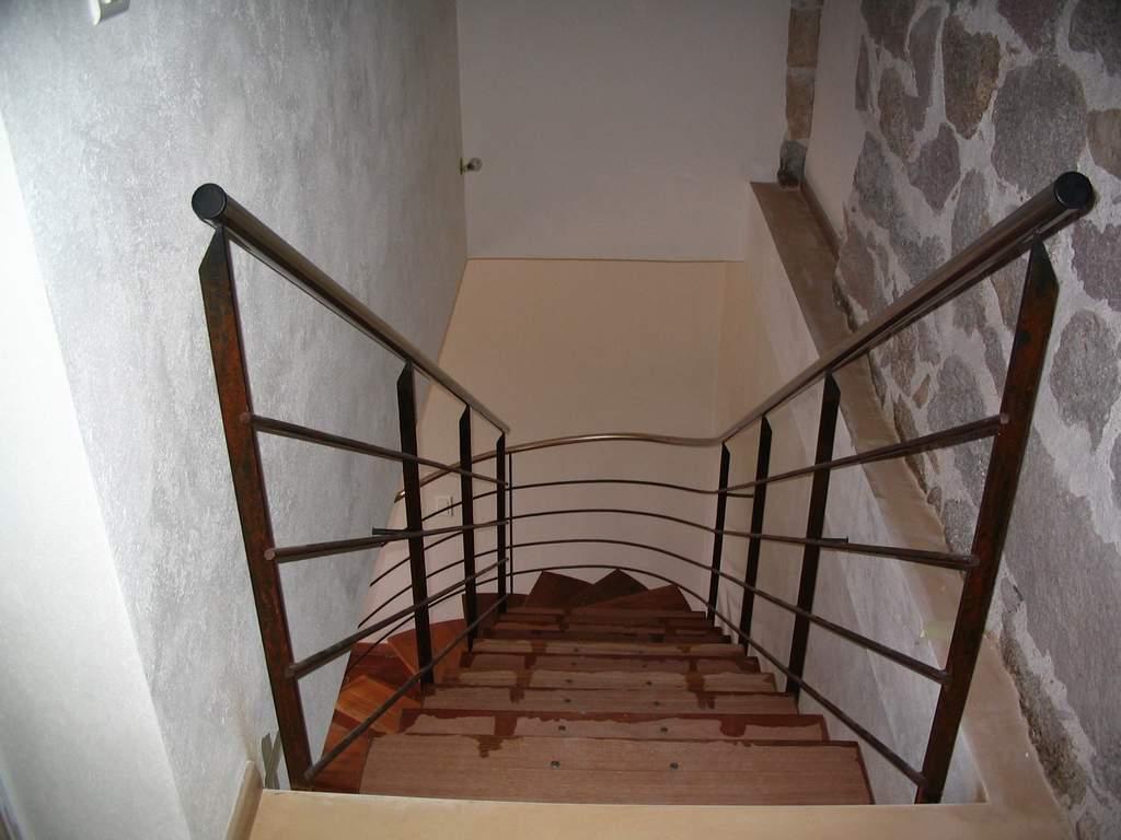 D coration peinture escalier bois interieur saint denis for Peinture escalier bois interieur